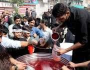 پشاور: نویں محرم الحرام کے مرکزی جلوس میں شریک عزادار سبیل سے ٹھنڈا ..