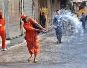 پشاور: 8ویں محرم الحرام کے مرکزی جلوس کے راستوں پر پانی کا چھڑکاؤ کیا ..