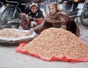 لاہور:خواتین مال روڈ پر مونگ پھلی اور اخروٹ بیچ رہی ہیں۔