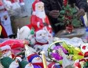 اسلام آباد: دکاندر کرسمس کے حوالے سے مختلف اشیاء فروخت کررہا ہے۔