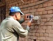 فیصل آباد: فیصکو اہلکار میٹر ریڈنگ کے لیے تصویر اتار رہاہے۔