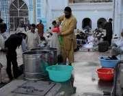 راولپنڈی: جامعہ مسجد میں انتظامیہ روزے داروں کے لیے مشروبات تیار کررہی ..