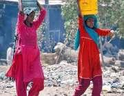 حیدر آباد: خانہ بدوش خواتین بالٹیوں میں پینے کے لیے پانی بھر کر گھروں ..