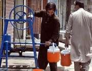 راولپنڈی: شہری ہینڈ پمپ سے پینے کے لیے پانی بھر رہا ہے۔