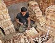سرگودھا: محنت اپنی ورکشاپ پر لکڑی کے کریٹ بنا رہا ہے۔