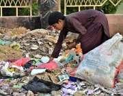 لاڑکانہ: خانہ بدوش بچہ کچرے کے ڈھیر سے کارآمد اشیاء تلاش کررہا ہے۔