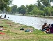 ملتان: خانہ بدوش فیملی نہر کنارے کپڑے دھونے اور نہانے میں مصروف ہے۔