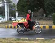 اسلام آباد: وفاقی دارالحکومت میں موٹر سائیکل سوار پھیری لگا کر امرود ..