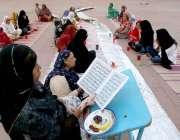 لاہور: بادشاہی مسجد میں روزہ دار خواتین قران مجید کی تلاوت کر رہی ہیں۔