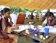 اسلام آباد: : ورلڈ سپیس ویک کے موقع پر منعقدہ تقریب کے دوران طالبات پینٹنگ ..