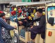 کراچی: نوجوان محنت کش رکشے میں مختلف اقسام کے ہارن فروخت کے لیے سجائے ..
