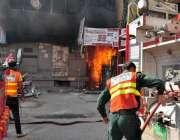 راولپنڈی: چاندنی چوک میں لگی آگ کو ریسکیو اہلکار بجھانے میں مصروف ہیں۔