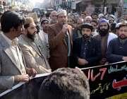 اٹک: صدر انجمن تاجران راشد الرحمن احتجاجی مظاہرے سے خطاب کر رہے ہیں۔