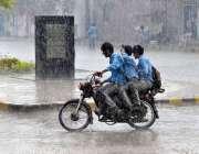 ملتان: سکول سے چھٹی کے بعد موٹر سائیکل پر سوار طالبعلم دوران بارش گھروں ..