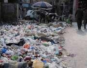 راولپنڈی: سر سید چوک میں پڑے کوڑا کرکٹ سے وبائیں پھیلنے کا خدشہ ہے۔