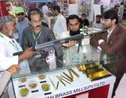 لاہور: ایکسپو سینٹر لاہور میں دفاعی اشیاء کی نمائش کے تیسرے روز شہری ..