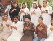 لاہور: مسلم لیگ ہاؤس میں کارکن چوہدری پرویز الٰہی جیت کی خوشی میں نوافل ..