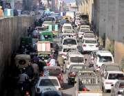 راولپنڈی: ٹریفک پولیس اہلکار نہ ہونے کے باعث مری روڈ انڈر پاس پر ٹریفک ..