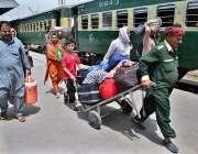 حیدر آباد: عید اپنے پیاروں کے ساتھ منانے کے لیے ریلوے اسٹیشن پر مسافروں ..