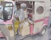 لاہور: ایک باہمت خاتون اپنے بچوں کا پیٹ پالنے کے لیے رکشہ چلا رہی ہے۔