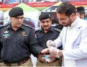 پشاور: ایس ایس پی ٹریفک یاسر آفریدی ٹریفک ہیڈ کوارٹر میں خون کی نمونہ ..