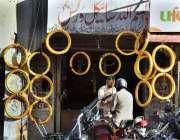 اسلام آباد: ایک دکاندار نے گاہکوں کو متوجہ کرنے کے لیے موٹر سائیکل کے ..