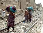 ملتان: خواتین کسی خطرے سے بے خبر ریلوے ٹریک پر چل رہی ہیں، جو کسی حادثے ..