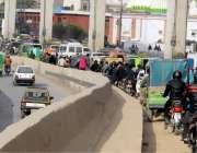 راولپنڈی: ٹریفک پولیس کی نا اہلی کے باعث مری روڈ پر شدید ٹریفک جام کامنظر۔