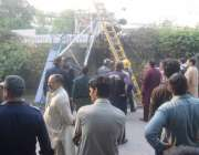 لاہور: گارڈن ٹاؤن میں گرنے والے چھوٹے تربیتی طیارے کا ملبہ اٹھایا جا ..