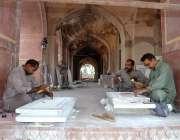 لاہور: مزدور نور جہان کے مقبرہ کی تعمیر نوع کے کام میں مصروف ہیں۔