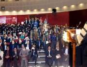 لاہور: گورنر پنجاب چوہدری محمد سرور یونیورسٹی کے پہلے کانووکیشن کے ..