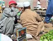 ملتان:  نقلی ڈاکٹر سبزی منڈی کے قریب بیٹھا شہری کے کان کی صفائی کر رہا ..
