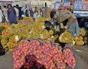 راولپنڈی: سبزی منڈی میں دکاندار تازہ فروٹ فروخت کررہے ہیں۔