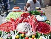 حیدر آباد: ریڑھی بان پھیری لگا کر تازہ سلاد فروخت کررہا ہے۔