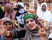 کراچی: مسلم لیگ (ن) کے جلسے میں شریک خواتین وکٹری کا نشان بنائے کھڑی ..
