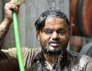 حیدر آباد: ایک شہری گرمی کی شدت سے بچنے کے لیے نہا رہا ہے۔