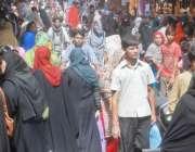 لاہور: باغبانپورہ بازار میں عید الفطر کی مناسبت سے خریداری کے لیے آنے ..