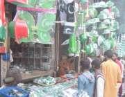 لاہور: شہری یوم آزادی کے حوالے سے اردو بازار میں خریداری کر رہے ہیں۔