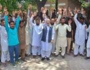 لاہور: بابا فرید کالونی کے رہائشی ناقص سیوریج سسٹم کے خلاف تحریک انصاف ..