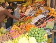 کوئٹہ: صوبائی رارالحکومت میں شہری افطاری کے لیے تازہ پھل خرید رہے ہیں۔