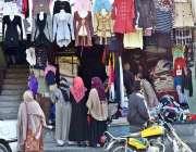 گلگت: خواتین ایک دکان سے گرم کپڑے پسند کر رہی ہیں۔