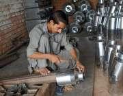 ملتان: مزدور اپنی ورکشاپ میں دودھ کے برتن تیار کررہا ہے۔