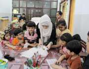لاہور: چلڈرن کمپلیکس میں خاتون ٹیچر بچوں کو کھلونے بنانا سکھا رہی ہے۔