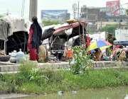 اسلام آباد: وفاقی دارالحکومت میں خانہ بدوش خاندان سڑک کنارے خیمے لگائے ..