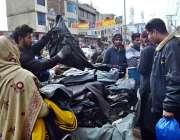 سرگودھا: شہری جیکٹیں خریدنے میں مصروف ہیں۔