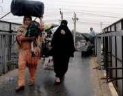 راولپنڈی: عید اپنے پیاروں کے ساتھ منانے کے لیے لوگ سامان اٹھائے لاری ..