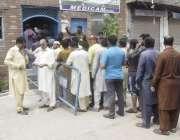لاہور: عام انتخابات 2018  شالیمار کے علاقہ میں ووٹرز پولنگ اسٹیشن کے باہر ..