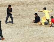 ملتان: بچے روایتی کھیل کھیلنے میں مصروف ہیں۔