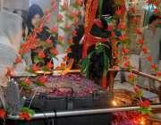 راولپنڈی: دربار شاہ چن چراغ کے سالانہ عرس کے موقع پر عقیدت مند خواتین ..