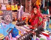 اسلام آباد: عید کی تیاریوں میں مصروف خاتون کپڑے پسند کر رہی ہے۔